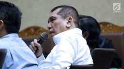 Mantan Ketua Komisi II DPR, Chairuman Harahap saat menjadi saksi pada sidang dugaan korupsi pengadaan e-KTP dengan terdakwa Irvanto Hendra Pambudi dan Made Oka Masagung di Pengadilan Tipikor, Jakarta, Selasa (7/8). (Liputan6.com/Helmi Fithriansyah)