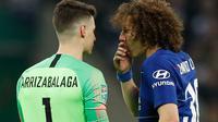 Kepa Arrizabalaga dan David Luiz pada final Piala Liga kontra Manchester City di Wembley Stadium (24/2/2019). (AFP/Adrian Dennis)