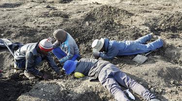 Ramai-Ramai Cari Batu yang Diyakini Berlian di Desa KwaHlathi