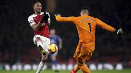 Striker Arsenal, Pierre-Emerick Aubameyang, berebut bola dengan kiper Cardiff City, Neil Etheridge, pada laga Premier League di Stadion Emirates, Rabu (30/1). Arsenal menang 2-1 atas Cardiff City. (AP/Nick Potts)