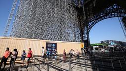Orang-orang mengantre untuk mengunjungi Menara Eiffel pada hari pembukaan kembali objek wisata tersebut di Paris, Prancis, pada 25 Juni 2020. Menara Eiffel dibuka kembali untuk umum pada Kamis (25/6) setelah ditutup selama tiga bulan akibat pandemi COVID-19. (Xinhua/Gao Jing)