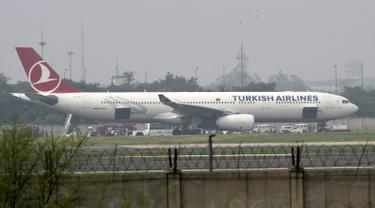 Sebuah pesawat maskapai Turkish Airlines yang terbang dari Bangkok melakukan pendaratan darurat di New Delhi, Selasa (7/7/2015). Pendaratan darurat dilakukan, karena teror bom secara tertulis di sebuah toilet pesawat. (REUTERS/Stringer)