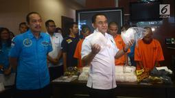 Kepala BNN Irjen Pol Heru WInarko (kanan) didampingi Deputi Pemberantasan Irjen Pol Arman Depari menunjukkan barang bukti 20 Kg sabu di Kantor BNN, Jakarta, Kamis (26/4). Petugas menangkap 3 tersangka berinisial MA, ZA, dan FAS. (Merdeka.com/Imam Buhori)