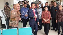 Suasana saat Presiden Jokowi meninjau Ruang Pelayanan Terpadu di Kementerian Luar Negeri, Jakarta, Senin (12/2). Menlu Retno Marsudi meresmikan Ruang Pelayanan Terpadu pada 24 Maret 2016. (Liputan6.com/Angga Yuniar)