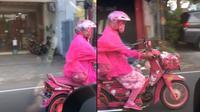 Aksi emak-emak viral dengan motornya yang serba warna pink. (TikTok/@meandcup)