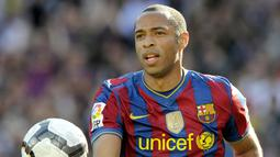 2. Thierry Henry – Striker haus gol ini pernah berucap akan berada di Arsenal seumur hidup. Tapi ketika Arsenal kesulitan meraih trofi pada musim 2006-2007, Henry menyambar kesempatan bergabung dengan Frank Rijkaard di Barcelona. (AFP/Josep Lago)