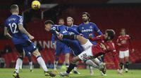 Gelandang Manchester United (MU), Bruno Fernandes berebut bola dengan bek Everton, Ben Godfrey pada laga pekan ke-23 Liga Inggris 2020/2021 di Old Trafford, Minggu dinihari WIB (7/2/2021). MU hanya mampu bermain imbang 3-3 saat menjamu Everton. (Martin Rickett/Pool via AP)