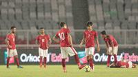 Ekspresi para pemain Timnas Indonesia U-19 saat kebobolan dari Jepang U-19 pada laga uji coba di Stadion Utama GBK, (24/3/2018). Indonesia U-19 Kalah 1-4. (Bola.com/Nicklas Hanoatubun)