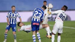 Pemain Real Madrid, Mariano Diaz, melakukan tendangan salto saat melawan Alaves pada laga Liga Spanyol di Stadion Alfredo di Stefano, Sabtu (28/11/2020). Real Madrid takluk dengan skor 1-2. (AP/Bernat Armangue)