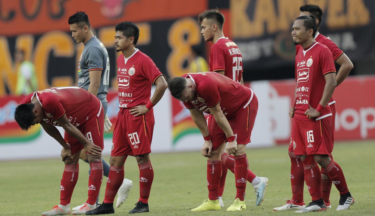 Pemain Persija Jakarta tampak lesu usai ditaklukkan Perseru Badak Lampung pada laga Liga 1 2019 di Stadion Patriot, Bekasi, Minggu (1/9). Persija takluk 0-1 dari Badak Lampung. (Bola.com/M Iqbal Ichsan)