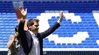 Iker Casillas saat menyampaikan salam perpisahan kepada suporter Real Madrid di Santiago Bernabeu. (13/7/2015). (AFP PHOTO/JAVIER SORIANO)
