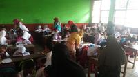 Sejak pagi, beberapa orangtua murid sudah mendatangi sekolah untuk berebut bangku buat anaknya di SDN Gempol Kolot 1, Kecamatan Banyusari, Kabupaten Karawang, Jawa Barat. (Liputan6.com/Abramena)