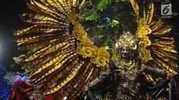 Peserta pagelaran Semarang Night Carnival melintas di ruas Jalan Imam Bonjol, Rabu (3/7/2019). Pagelaran melibatkan peserta dari Asosiasi Pemerintah Kota Seluruh Indonesia (APEKSI) yang tengah melaksanakan rapat kerja nasional ke-XIV di Kota Semarang. (Liputan6.com/Gholib)