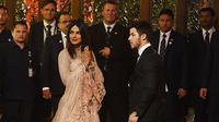 Priyanka Chopra saat hadir di pernikahan anak Crazy Rich Asian asal India, Isha Ambani. (Foto: Sujit Jaiswal / AFP)