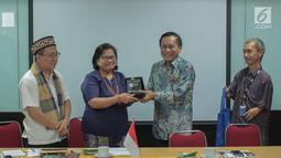Direktur SCM sekaligus Presiden Direktur Indosiar, Imam Sudjarwo (kedua kanan) memberikan cendera mata kepada Ketua PGI, Pdt Dr Henriette Tabita Lebang (kedua kiri) saat silatuhrami di Jakarta, Rabu (31/7/2019). (Liputan6.com/Faizal Fanani)