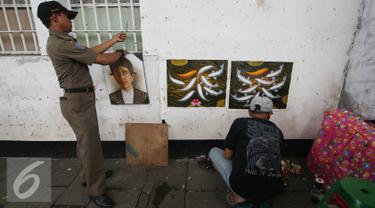 Petugas gabungan menertibkan pedagang kaki lima (PKL) di kawasan wisata Kota Tua, Jakarta, Rabu (24/8). Penertiban dilakukan guna membenahi PKL dan parkir liar yang kerap menimbulkan kesemrawutan di lokasi tersebut. (Liputan6.com/Immanuel Antonius)