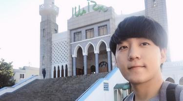 Pada Rabu lalu, Jay Kim resmi menjadi seorang muslim setelah mengucapkan dua kalimat syahadat yang dipimpin ustaz dari Korea. (Liputan6.com/IG/@jaehan9192)