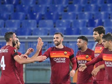 Penyerang AS Roma, Borja Mayoral (tengah) berselebrasi dengan rekan-rekannya usai mencetak gol ke gawang CFR Cluj pada pertandingan grup A Liga Europa di di Stadion Olimpiade di Roma (5/11/2020). AS Roma menang telak 5-0 atas CFR Cluj. (AFP/Alberto Pizzoli)
