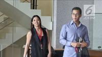 Putra dan putri mantan ketua DPR Setya Novanta, Dwina Michaella dan Rheza Herwindo bersiap meninggalkan gedung KPK usai menjalani pemeriksaan, Jakarta, Rabu (28/3). Dwina  dan Rheza  (Liputan6com/Herman Zakharia)