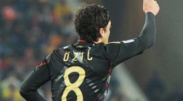 Selebrasi gol gelandang Jerman Mesut Ozil ke gawang Ghana di penyisihan Grup D PD 2010 di Soccer City Stadium, Johannesburg, 23 Juni 2010. Jerman unggul 1-0. AFP PHOTO / GABRIEL BOUYS