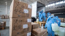 Anggota staf dan sukarelawan mengenakan masker menyiapkan pasokan medis di convention hall yang telah diubah menjadi rumah sakit darurat di Wuhan, Hubei, China (4/2/2020). Pihak berwenang menyediakan fasilitas, tempat tidur, dan perawatan medis untuk pasien terinfeksi virus corona. (AFP/STR)
