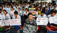 Puluhan ribu dokter di India melakukan mogok kerja karena kerap diserang keluarga pasien (AFP)