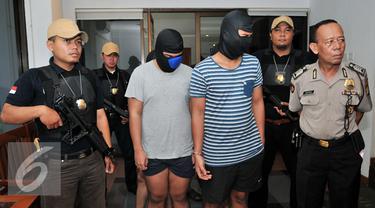 Petugas Polsek menggiring 5 tersangka penculikan untuk dihadirkan dalam rilis di Polsek Mampang, Jakarta, Rabu (20/1). Polsek Mampang Prapatan berhasil mengamankan 5 tersangka penculikan dan penganiayaan pelajar SMK. (Liputan6.com/Yoppy Renato)