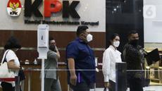 Istri Bupati nonaktif Musi Banyuasin (Muba) Dodi Reza Alex Noerdin, Erini Mutia Yufada (kedua kanan) usai menjalani pemeriksaan di gedung KPK, Jakarta, Senin (25/10/2021). Erini diperiksa untuk melengkapi berkas penyidikan Kadis PUPR Musi Banyuasin Herman Mayori. (Liputan6.com/Helmi Fithriansyah)