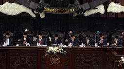 Ketua MPR Ketua MPR Zulkifil Hasan (empat kiri) didampingi tujuh Wakil Pimpinan MPR memimpin Sidang Paripurna MPR, Jakarta, Senin (26/3). Penambahan pimpinan MPR konsekuensi UU No. 2 Tahun 2018 Tentang MPR, DPR, DPRD, dan DPD. (Liputan6.com/JohanTallo)