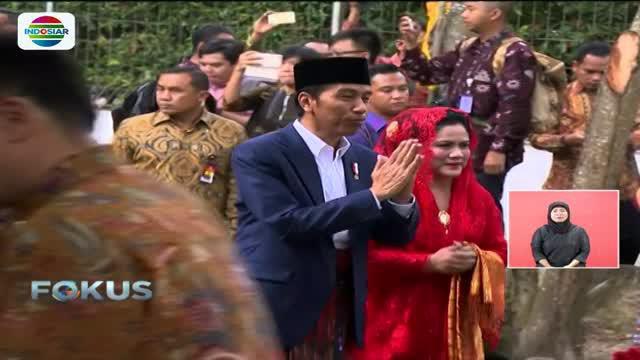 Kedatangan Presiden Jokowi dan Iriana di adat pernikahan Bobby dan Kahiyang pada Sabtu (25/11) disambut dengan pemberian sirih dan monortor.