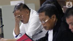 Terdakwa kasus dugaan korupsi terkait pengadaan e-KTP, Markus Nari (baju putih) saat menjalani sidang lanjutan di Pengadilan Tipikor, Jakarta, Senin (14/10/2019). Sidang beragendakan mendengar keterangan saksi-saksi. (Liputan6.com/Helmi Fithriansyah)