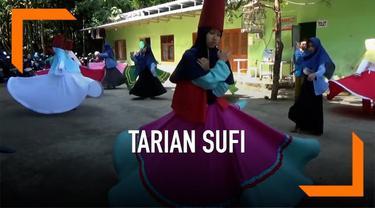 Sejumlah santri di pesantren Nurul Hidayah Boyolali mengisi waktu menunggu berbuka puasanya dengan belajar tarian sufi. Tarian ini diyakini sebagai salah satu metode untuk bisa mendekatkan diri dengan sang pencipta.