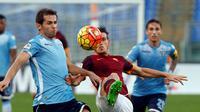 pemain AS Roma, Alessandro Florenzi (kanan), berebut bola dengan pemain Lazio, Senad Lulic, dalam lanjutan Serie A di Stadion Olimpico, Roma, Minggu (8/11/2015) malam WIB. (Reuters/Alessandro Bianchi)