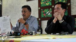 Olly Dondokambey (kiri) bersama Steven Kandouw calon wakil gubernur memberikan keterangan saat jumpa pers di Jakarta (28/10). Keputusan diambil karena pencalonan dirinya sebagai calon gubernur Sulut pada Pilkada Serentak. (Liputan6.com/Johan Tallo)