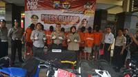 Barang bukti motor curian dan para pelaku saat diamankan di Mapolres Malang Kota, Jawa Timur (Zainul Arifin/Liputan6.com)