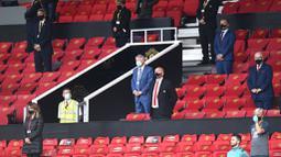 Sir Alex Ferguson menghadiri laga Manchester United melawan Southampton pada laga Premier League di Old Trafford, Selasa (14/7/2020). Mengenakan masker di bawah hidung, Sir Alex Ferguson jadi sorotan di media sosial. (AP/Peter Powell,Pool)