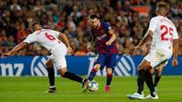 Bintang Barcelona, Lionel Mess mengontrol bola dibayangi pemain Sevilla dalam pertandingan pekan kedelapan kompetisi La Liga Spanyol 2019-2020 di Camp Nou, Minggu (6/10/2019). Barcelona berhasil menang telak atas Sevilla dengan skor 4-0. (AP Photo/Joan Monfort)