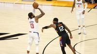 Paul George (no 13) melepaskan tembakan saat Clippers melawan Suns di lanjutan play-off NBA (AFP)