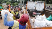 Pemkot Tangerang memperbaiki sejumlah tanggul jebol akibat banjir yang menerjang. (Liputan6.com/Pramita Tritiawati)