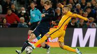 Penyerang Atletico Madrid, Fernando Torres (kiri) berusaha melewati bek Barcelona, Jordi Alba pada leg pertama perempat final Liga Champions di Camp Nou, Spanyol (6/4). Barcelona menang atas Atletico Madrid dengan skor 2-1. (Reuters/Albert Gea)