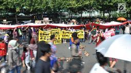 Komunitas Mahasiswa Pecinta Alam (Mapala) se-Jabodetabeka membentangkan bendera Merah Putih raksasa saat memperingati Hari Bumi di CFD Bundaran HI, Jakarta, Minggu (21/4). Aksi ini sekaligus mengajak masyarakat untuk lebih peduli terhadap lingkungan. (merdeka.com/Iqbal Nugroho)