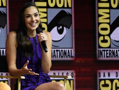 Aktris Gal Gadot memberi keterangan dalam panel film Wonder Woman 1984 di San Diego Comic-Con International, (21/7). Film superhero wanita ini siap ditayangkan pada 2019. (AP Photo/Chris Pizzello)