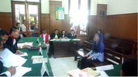 WD korban (kerudung biru) sedang memberikan kesaksian dihadapan Majelis Hakim. (suarasurabaya.net)