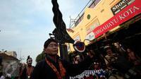 Peserta membawa replika keris raksasa saat karnaval budaya Keris Summit 2015 di Jl Malioboro, Yogyakarta,  Rabu (28/10/2015). Keris summit 2015 akan berlangsung hingga 1 november 2015. (Boy T Harjanto)