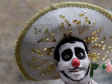 Seorang badut tersenyum sebelum merayakan Hari Badut nasional di Lima, Peru, Jumat (25/5). Tanggal 25 Mei diperingati sebagai Hari Badut Nasional bagi warga Peru, ratusan badut berkostum lucu turun ke jalan menghibur masyarakat. (AP Photo/Martin Mejia)