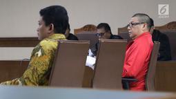 Terdakwa kasus suap dana hibah Kemenpora pada KONI yang juga Pejabat Pembuat Komitmen  (PPK) Adhi Purnomo (kiri) saat sidang pembacaan nota pembelaan di Pengadilan Tipikor, Jakarta, Kamis (29/8/2019). Sebelumnya, Adhi Purnomo dituntut 5 tahun dan denda Rp200 juta. (Liputan6.com/Helmi Fithriansyah)