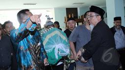 Jenazah komedian Pepeng usai disalatkan di Masjid Baiturrahman, Depok, Jawa Barat, Rabu (6/5/2015). Rencananya Pepeng akan dimakamkan di TPU Jelupang, BSD, Serpong. (Liputan6.com/Helmi Afandi)