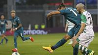 Zlatan Ibrahimovic dari AC Milan, tengah, mencetak gol pertama timnya pada babak kualifikasi kedua Liga Europa antara Shamrock Rovers dan AC Milan di Stadion Tallaght di Dublin, di Dublin, Kamis, 17 September 2020. (AP Photo / Pe