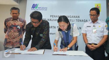 GM Distribusi Jakarta Raya PLN Syamsul Huda dan Direktur Konstruksi MRT Silvia Halim menandatangani kerjasama, Jakarta, Rabu (21/12). Penandatangan tersebut merupakan Perjanjian jual beli tenaga listrik PT MRT dan PT PLN. (Liputan6.com/Angga Yuniar)