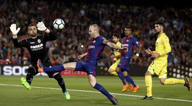 Aksi pemain FC Barcelona, Andres Iniesta mengecoh kiper Villareal pada laga La Liga Santander di Camp Nou stadium, Barcelona, (9/5/2018). Barcelona menang telak 5-1. (AP/Manu Fernandez)